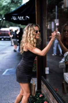 Carrie Bradshaw looks sun-kissed and so so happy; this is the perfect summer ou Carrie Bradshaw look Carrie Bradshaw Estilo, Carrie Bradshaw Hair, Carrie Bradshaw Outfits, Carrie Bradshaw Quotes, Looks Style, Looks Cool, Fashion Week, Look Fashion, City Fashion