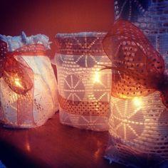 Barattoli di vetro riadattati a porta candele romantici  rivestiti di pizzo e nastrini