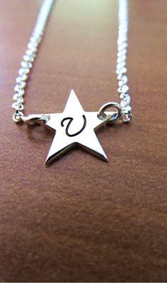Srebrna zvezda z začetnico http://bromelia.si/zenski-nakit/ogrlice/ogrlice-z-imenom