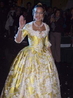 Fallera Mayor de Valencia 2008 Marta Agustín, con un brocatel en amarillo pastel y blanco del siglo XVIII.