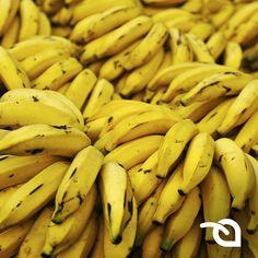 Banana  Este superalimento além de ajudar a emagrecer faz bem ao coração. Uma banana média um pouco mais verde acelera o metabolismo devido aos 12,5 g de amido. Quando madura, ela ainda apresenta 5 g do nutriente.