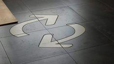 logo in vloer gesneden voor Rijnmond milieu door tegelbedrijf Oud-Beijerland