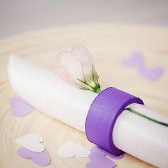 Servetring van hout (dark lila) met een soft lila bloem