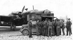Mobile Kantine der Heilsarmee versorgt kanadische Soldaten im Einsatz während des Zweiten Weltkrieges