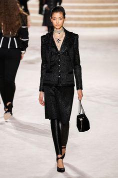 Chanel Pre-Fall 2020 Fashion Show - Vogue 2020 Fashion Trends, Fashion Week, Fashion 2020, Runway Fashion, Fashion Brands, Fashion Show, Womens Fashion, Fashion Design, Vogue Paris