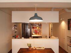 キッチンにはリビングとの一体感が魅力のオープンキッチンや、完全に1つの部屋として独立した独立型キッチンなどがあります。そのちょうど中間をとったのが「セミオープ… Ceiling Lights, Studio, Lighting, Interior, Kitchen, Room, Blue, Yahoo, Home Decor
