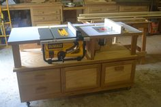 Table saw/router combo table on casters. Perfect! But no plans provided, so I will design it myself :-)