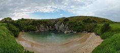 Localizada perto da cidade de Llanes, no norte da Espanha, essa praia sempre chamoua atenção dos turistas.