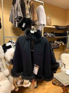 Cape noire avec fourrure de renard noir.  900$ Capes, Black Cape, Fur Coat, Fox, Jackets, Fashion, Fox Fur, Cape Clothing, Down Jackets