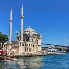 Estambul 🌍  En la ciudad de las mezquitas, la de Ortaköy, se alza como una de las más bellas. Su ubicación en la orilla del Bósforo le da ese toque mágico que la señala como una de las más lindas del mundo.  Saludos a todos :) #travelblogger #backpacker #instalike #beautiful #wanderlust #love...