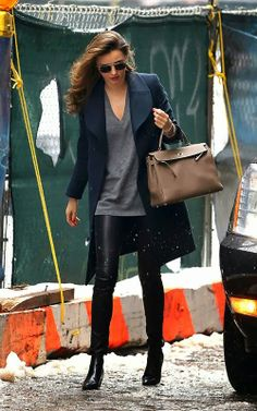 This look is stylish and effortless: Miranda Kerr - Look of the Day - InStyle Miranda Kerr Outfits, Miranda Kerr Street Style, Fall Winter Outfits, Autumn Winter Fashion, Winter Wear, Look Chic, Fashion Outfits, Womens Fashion, Fashion Styles