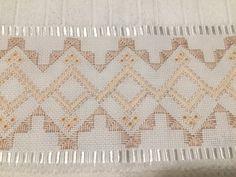 Toalha de lavabo bordada em ponto reto e ilhós, com guipir.  Confeccionamos em outras cores e tamanhos (consultar valores)