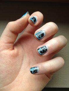 Nail art dégradé de bleu et craquelé noir