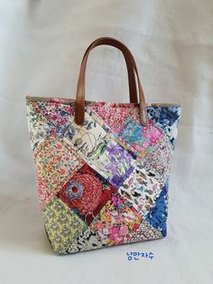 I made a bag from the fabric I bought at the Tokyo Quilt Festival.- 도쿄 퀼트페스티벌에서 사온 원단으로 가방 만들었어요~ 리… I made a bag from the fabric that I bought at the Tokyo Quilt Festival. Quilted Tote Bags, Diy Tote Bag, Patchwork Bags, Fabric Purses, Fabric Bags, Diy Bags Patterns, Liberty Art Fabrics, Diy Sac, Small Sewing Projects