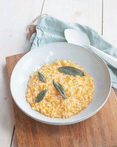 Deze risotto met pompoen en salie is lekker herfstig. Serveer hem met brood met smeersels, een salade of stukje vlees. Comfort food op zijn best.