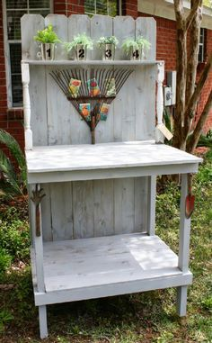 If you're tired of starting seeds on the kitchen counter, use these free, DIY potting bench plans to build your own outdoor potting station! Garden Projects, Garden Tools, Diy Projects, Garden Sheds, Garden Gate, Potting Station, Palette Deco, Unique Garden, Potting Tables