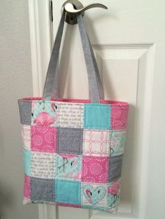 Patchwork Tote Bag Tutorial - bags and pouches - Patchwork Tote Bag Tutorial . Patchwork Tote Bag Tutorial – bags and pouches – Patchwork Tote Bag Tutorial – bags and p Quilted Tote Bags, Diy Tote Bag, Patchwork Bags, Patchwork Ideas, Tote Bag Crafts, Patchwork Patterns, Duffle Bags, Messenger Bags, Diy Bags Purses