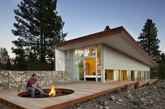 The Hill House - Winthrop, United States A project by: David Coleman Architecture I love this outdoor fire pit. Outdoor Spaces, Outdoor Living, Outdoor Decor, Sustainable Architecture, Architecture Design, Residential Architecture, Landscape Architecture, Sustainable Houses, Installation Architecture