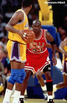 Basquetbol. El más grande de todos los tiempos , Michael Jordan , Magic Johnson Mira hacia abajo en el Juego 5 de las Finales de la NBA '91 . Los Bulls ganaron el juego 108-101 y la serie 4-1 Para Llevar la franquicia de su imprimación campeonato .