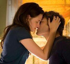 """Kristen Stewart e Robert Pattinson em CREPÚSCULO (Twilight). 1-""""Quando a vida lhe oferece um sonho muito além de todas as suas expectativas, é irracional se lamentar quando isso chega ao fim."""" 2-""""Eu vou lutar por você até que seu coração pare de bater."""" 3-""""Eu nunca pensei muito em como eu morreria, mas morrer no lugar de alguém que eu amo parece ser uma boa forma de morrer."""""""