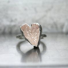 Etsy en http://www.etsy.com/es/listing/219016886/rough-rosy-pink-kunzite-heart-ring