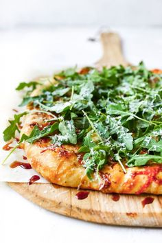 It has been a pizza kinda summer around these parts. Just about every week, we either order take-out pizza or I whip up a homemade one with whatever we have in the fridge. Pizza has always been and… Pizza Recipes, Vegetarian Recipes, Dinner Recipes, Healthy Recipes, Vegetarian Lunch, Lunch Recipes, Yummy Eats, Yummy Food, Sauce Pizza