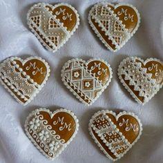 svadobné srdiečka Fancy Cookies, Royal Icing Cookies, Holiday Cookies, Sugar Cookies, Cookies Et Biscuits, Gingerbread Decorations, Gingerbread Cookies, Biscuit Decoration, Bolacha Cookies