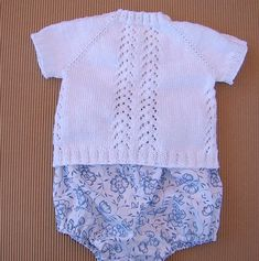 JERSEY DE BEBE GUILLE   Puntomoderno.com Rompers, Crochet, Sweaters, Dresses, Fashion, Outfit, Dresses For Babies, Knitted Baby, Summer Jacket