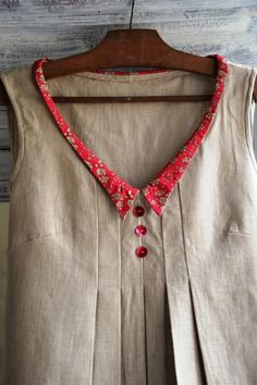 Tunic with small red collar and tucks