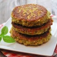 This easy veggie burger recipe produces flavorful, substantial, very filling veggie burgers. Their taste is similar to falafel, but they're not deep fried. Veggie Burger Healthy, Homemade Veggie Burgers, Vegetarian Burgers, Healthy Food Blogs, Healthy Cooking, Cooking Recipes, Healthy Recipes, Healthy Foods, Healthy Eating
