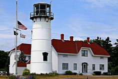 ATTRACTION//Chatham Light--established in 1808, second light on Cape Cod, keeper's house currently used as U.S. Coast Guard Station and on-duty personnel living quarters, automated in 1982, remains an active aid to navigation still today, lighthouse open to public #chathamlight     #capecodlighthouses #capecod     #spmvacations