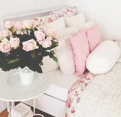 Pastell wooow roses, flowers next to the bed, girlish, stlylish, pink pillows, pink bedroom