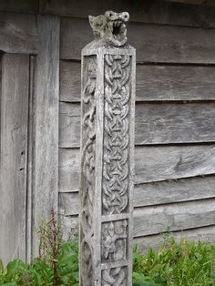 Nidstang is a Runic cursing pole. Vikings turned the face toward the house of their nemesis to disrupt and anger the earth sprites and elves, leaving the land of their nemesis spiritually dead. Viking Life, Viking Art, Norwegian Vikings, Viking Culture, Old Norse, Norse Vikings, Asatru, Celtic Art, Norse Mythology