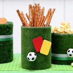 Fu ball party kunstrasen deko diy basteln mit kindern kindergeburtstag produziert f r - Kunstrasen zum basteln ...