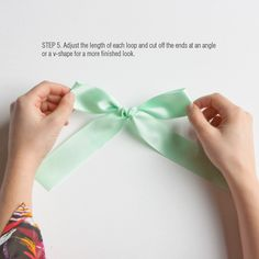 how to tie a ribbon bow How To Tie Ribbon, Diy Ribbon, How To Make Bows, Ribbon Bows, Crafts To Do, Yarn Crafts, Sewing Crafts, Arts And Crafts, Christmas Bows