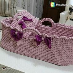 Sandra Roque Artesanatos: cesto fio de malha sem capato Knitted Pouf, Knitted Baby Blankets, Crochet Basket Pattern, Crochet Patterns, Crochet Projects, Sewing Projects, Baby Baskets, Fabric Boxes, Crochet Baby Booties