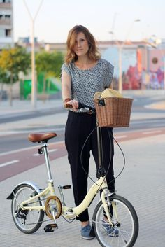 Retro Bicycle, Bicycle Girl, Bicycle Basket, Female Cyclist, Retro Stil, Bike Style, Bike Frame, Cool Outfits, Street Style