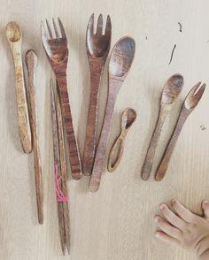 こんなものも作っています  漆塗りのカトラリー  お箸は夫が残りは妻が形を  漆は全て夫が  そして息子の手  #木のカトラリー #木のスプーン #木のフォーク #漆 #漆塗り #拭き漆 #擦り漆 #赤ちゃんの手 #漆塗りのお箸 #woodwork #handmade de tasatomokki