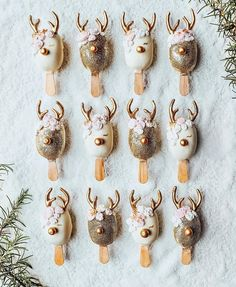 Won't you guide my sleigh tonight? ❄️️ I am beyond excited to be spending Christmas in America! Everything is so festive! Thank you for the reindeer cake pops, you mega talented thing, Inspired by the cake pop master Christmas Cake Pops, Christmas Goodies, Christmas Desserts, Christmas Treats, Christmas Baking, Mini Cakes, Cupcake Cakes, Tara Milk Tea, Christmas In America