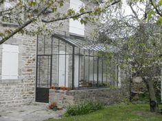 En Bretagne, une petite serre adossée, nichée contre la maison | Serres et Ferronneries d'Antan English Farmhouse, Farmhouse Garden, Glass Porch, Cottage Extension, Victorian Greenhouses, Glass Extension, Rooftop Terrace, Glass House, Outdoor Projects