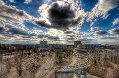 La plaza Lenin desde el hotel Polissya de la ciudad de Prípiat, cerca de Chernóbil. Fotografía: Timm Suess (CC).