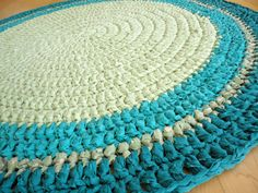 hmm.... would love to find a DIY tutorial for making my own round rag rug