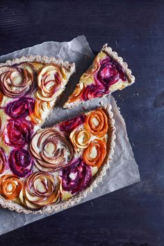 This stone fruit almond tart has a gluten-free almond crust with a honey frangipane filling and topped with stone fruit rosettes to make a beautiful and delicious dessert! Köstliche Desserts, Delicious Desserts, Dessert Recipes, Plated Desserts, Dessert Healthy, Dinner Recipes, Slow Cooker Desserts, Stone Fruit, Quiches