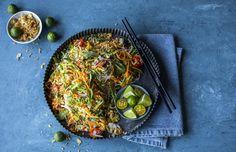 En smaksbombe av en salat med knasende sprø tekstur og sterke, syrlige, salte og søte smaker.