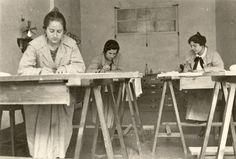 Carmen Conde, en medio, trabajando como calquista de planos en la Sociedad Española de Construcción Naval (Cartagena)