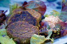 Här hittar du ett recept på goda och enkla veganska bönbiffar med mycket smak som du snabbt fixar ihop för en hälsosam måltid.