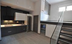 Cocina de estilo vanguardista, lineas simples y rectas, combinado a la perfección con suelo gris