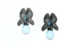 Colección flor blanca mariposa. Aretes en plata pavonada, apatitas y topacios azules.