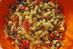 Sommerlicher Nudelsalat mit Zucchini, Feta und Essig-Öl-Sauce  (veganisierbar - schmeckt auch ohne Feta)