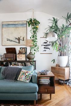 green houseplants inside marisa vitale's bohemian home in Venice, California. / sfgirlbybay #simplemodernfurniture